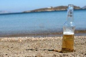 4078108-botle-una-cerveza-en-la-playa-y-la-isla-defocus-mar-de-fondo